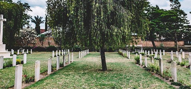 Begraafplaats in gras