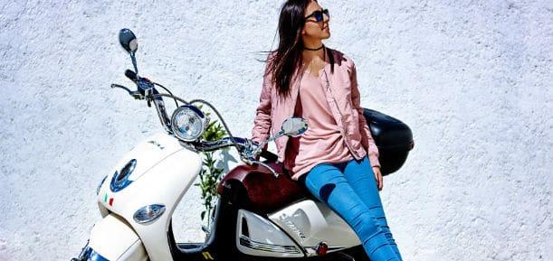 Meisje met scooter