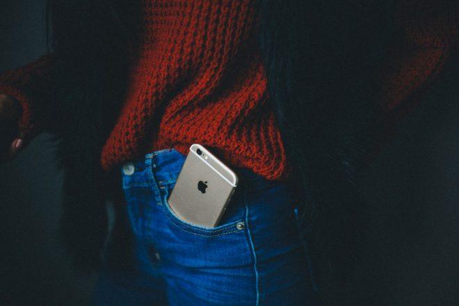 Mobiele telefoon in broekzak