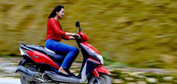 Vrouw op scooter